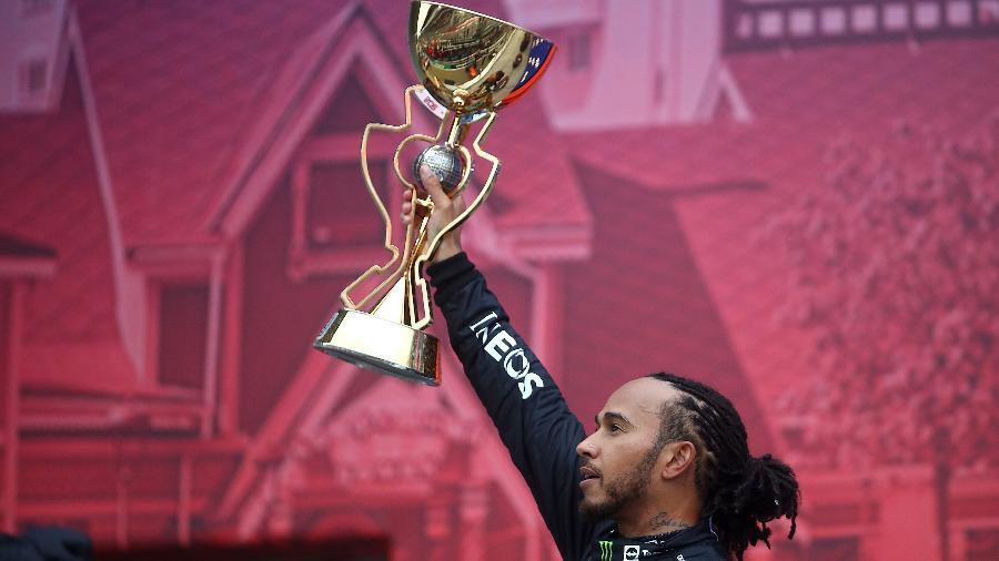 Hamilton ergue o troféu do GP da Rússia 2021, em corrida marcada por chuva e reviravolta - Mark Thompson/Getty Images