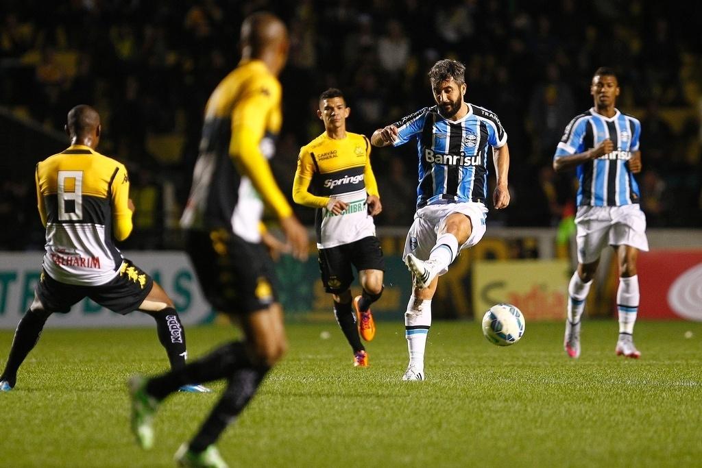 Douglas completa passe em lance do jogo entre Criciúma e Grêmio, válido pela Copa do Brasil
