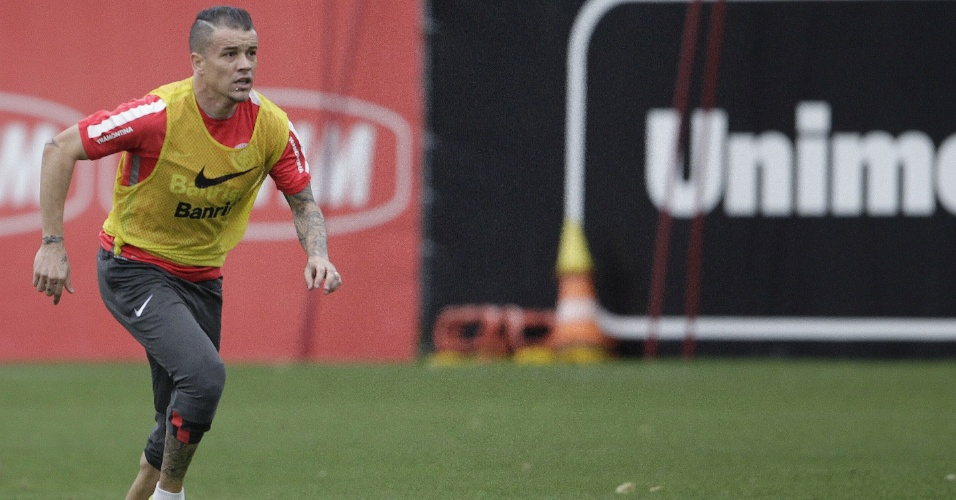 18.ago.2015 - Meia D'Alessandro voltará ao time do Inter contra o Ituano