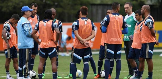 Jogadores do Palmeiras ouvem as orientações do técnico Marcelo Oliveira - Cesar Greco/Ag Palmeiras