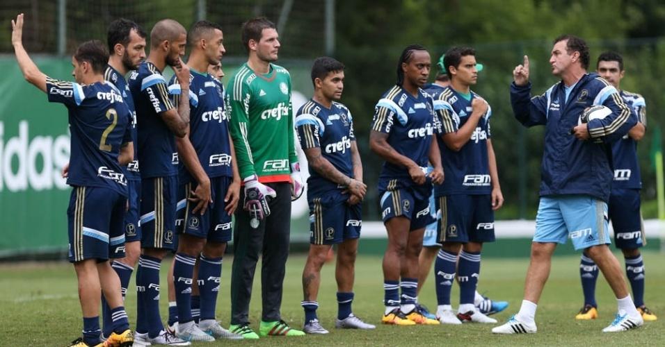 Cuca orienta os jogadores do Palmeiras durante treino na Academia de Futebol