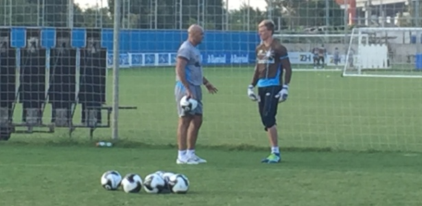 Goleiro Douglas conversa com preparador Rogério Godoy, do Grêmio