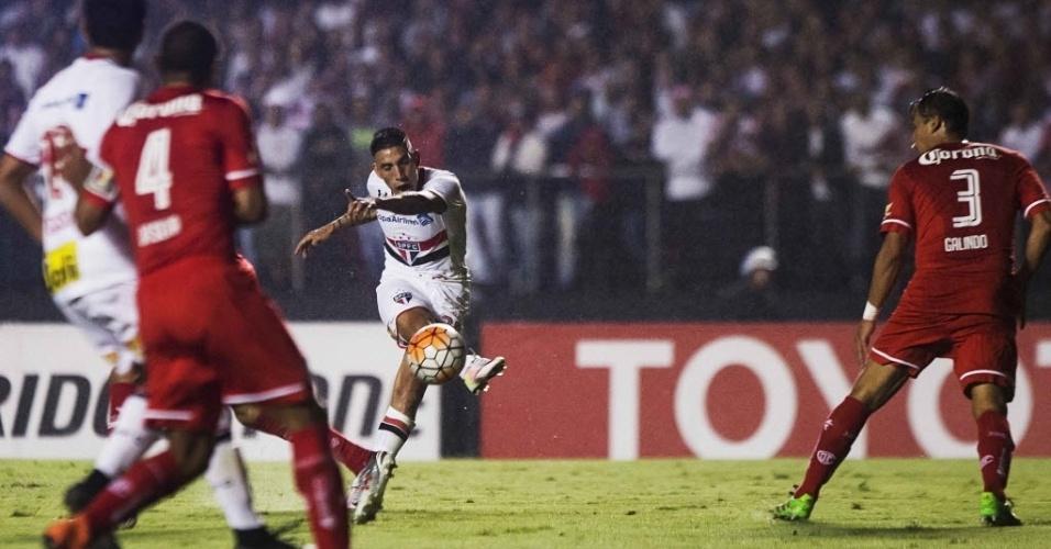 Centurión arrisca de longe para o São Paulo contra o Toluca no Morumbi pela Libertadores