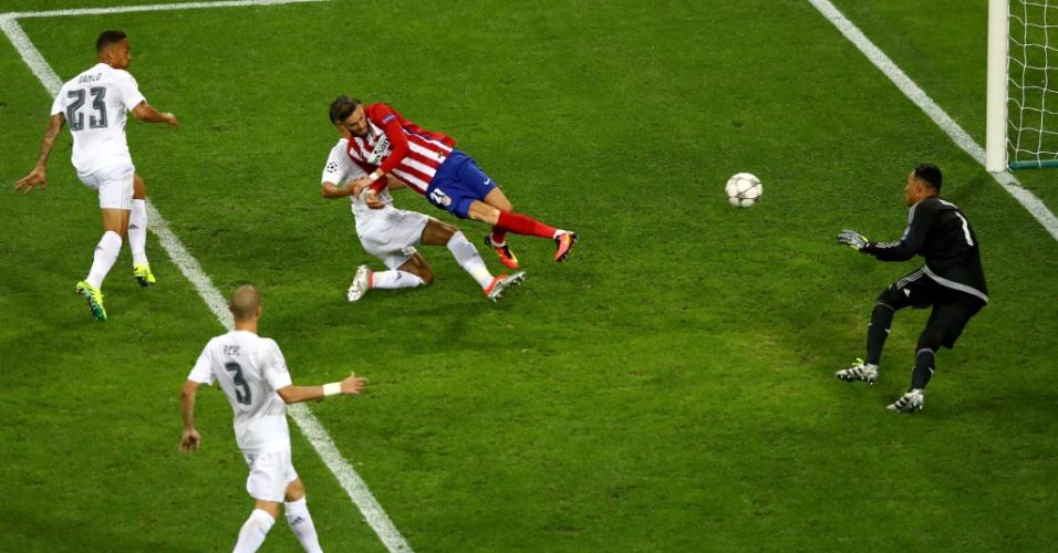 Carrasco completa para o gol para empatar final para o Atlético de Madri