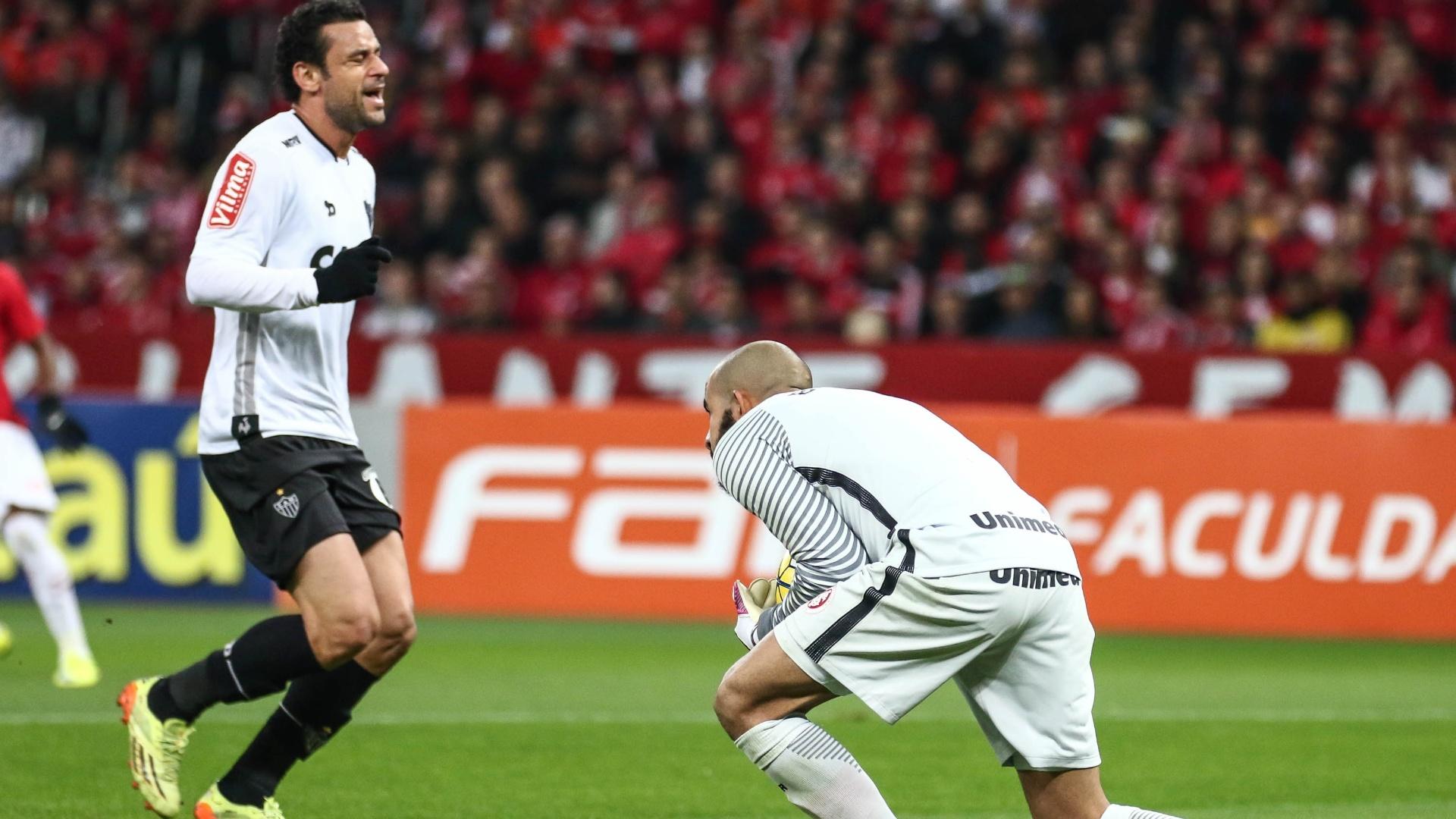 Goleiro Danilo Fernandes evita arremate de Fred na partida entre Internacional e Atlético-MG