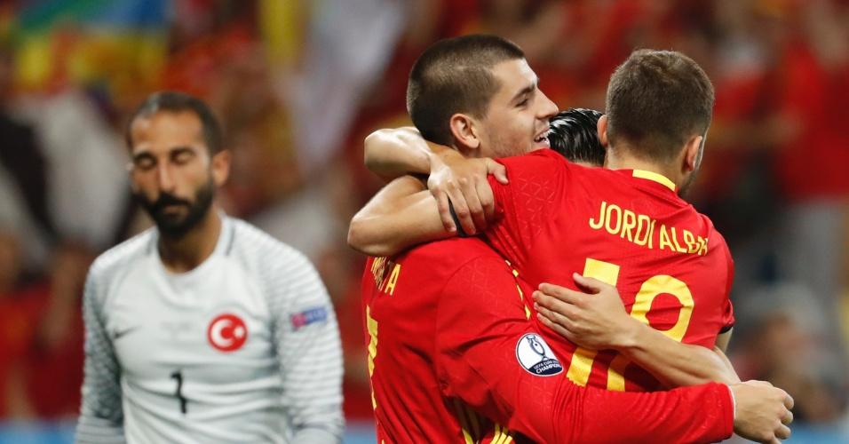 Morata e Jordi Alba comemoram o terceiro gol da Espanha contra Turquia