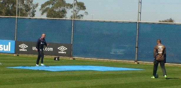 Preparador de goleiros do Grêmio usa lona para simular campo sintético