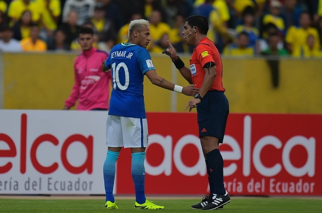 Neymar conversa com o árbitro Enrique Cáceres, do Paraguai, durante partida da seleção brasileira