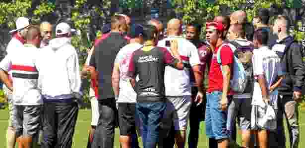 Michel Bastos é cercado por torcedores que invadiram o centro de treinamento do São Paulo no último 27 de agosto - Ernesto Rodrigues-27.ago.2016/Folhapress - Ernesto Rodrigues-27.ago.2016/Folhapress