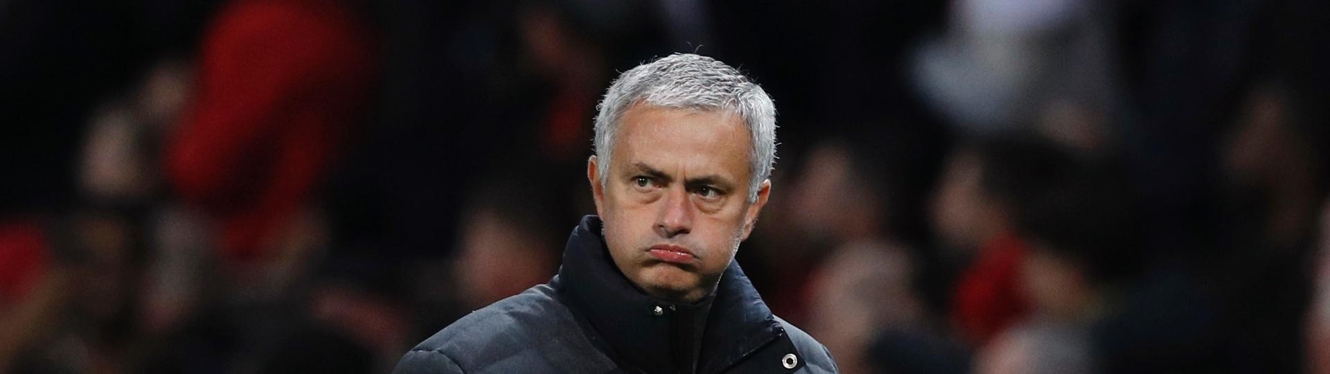 José Mourinho faz careta à beira do gramado durante o jogo entre Manchester United e Fenerbahce