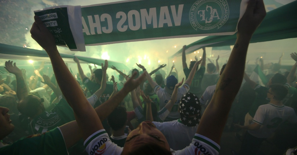 Torcedores da Chapecoense prestam homenagem na Arena Condá