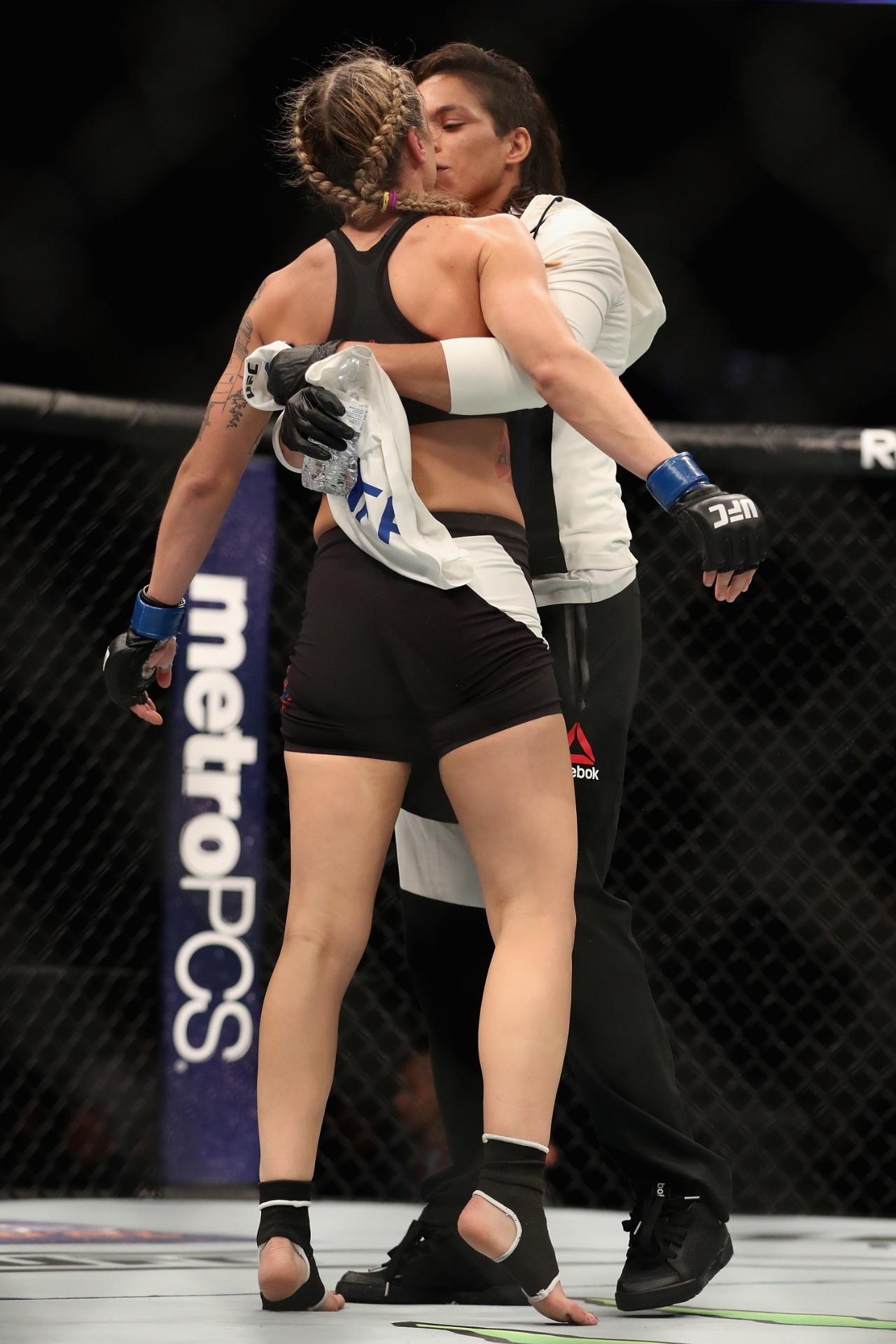 Campeã do UFC, Amanda Nunes beija namorada, Nina Ansaroff, após vitória