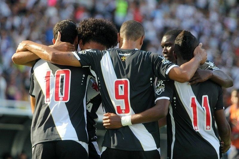 Luís Fabiano (camisa 9) comemora gol do Vasco, marcado por Nenê, diante do Macaé