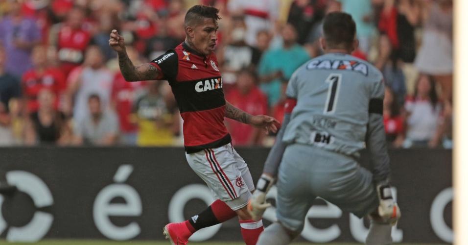 Guerrero, do Fla, domina a bola na frente do goleiro Victor, do Atlético-MG