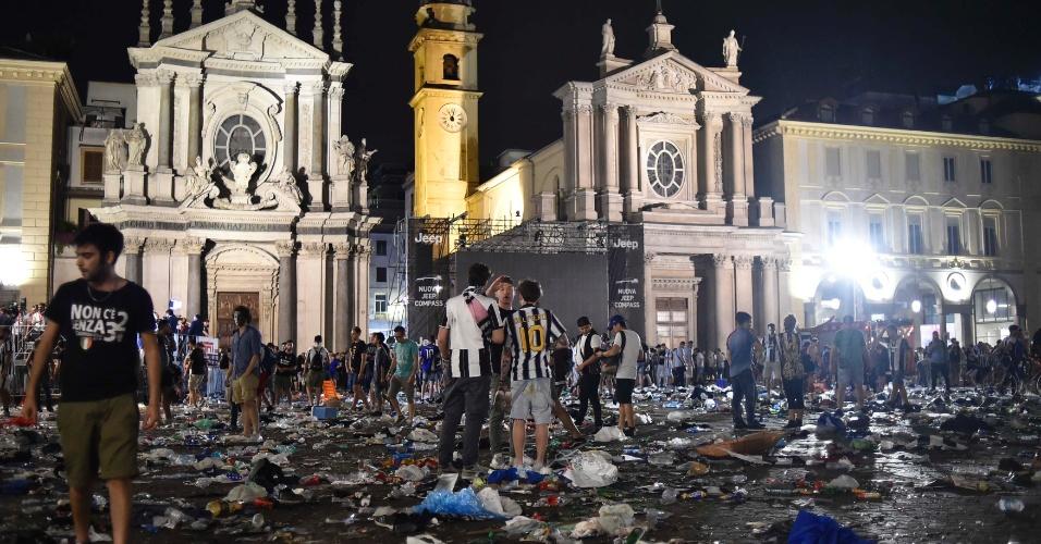 Imagem da praça San Carlo após a confusão, ocorrida já no final da partida