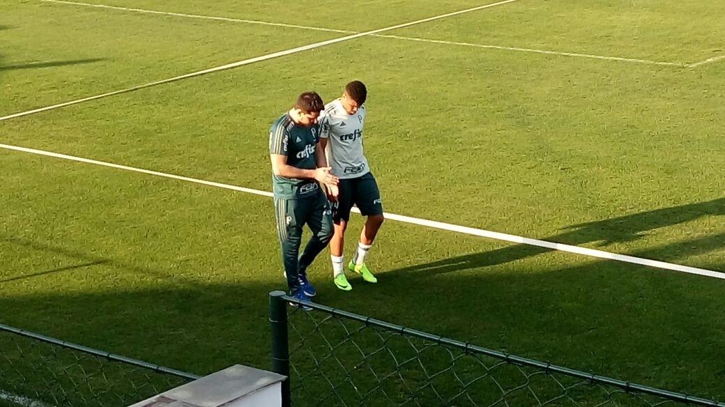 Juninho deixa o treino do Palmeiras com ajuda após sentir dores