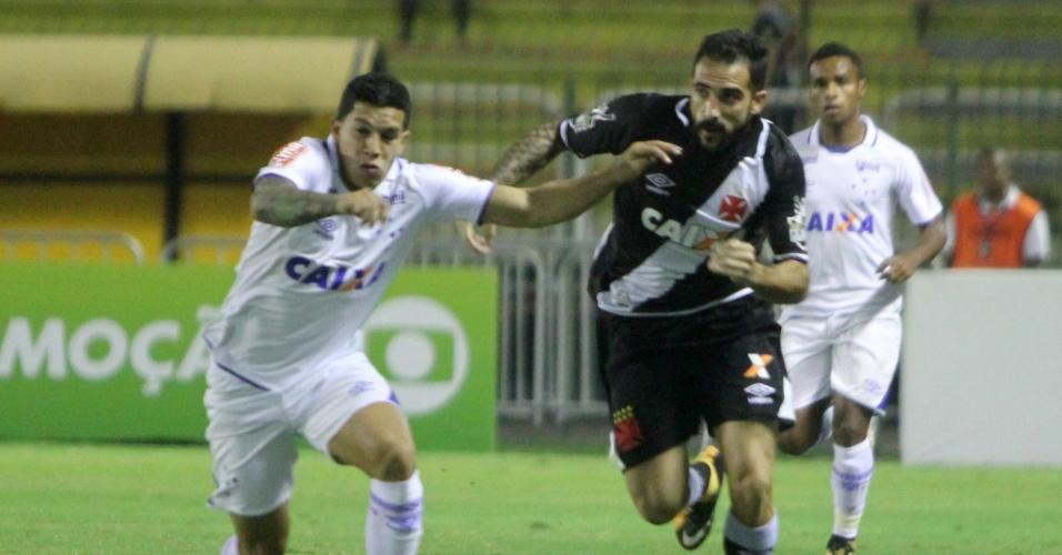 Romero e Escudero disputam bola em Vasco x Cruzeiro pelo Campeonato Brasileiro