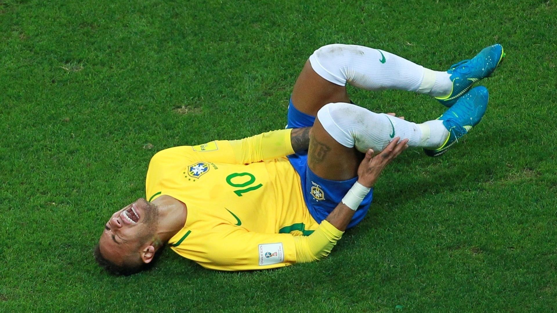 Neymar grita após sofrer entrada dura de rival equatoriano na Arena Grêmio