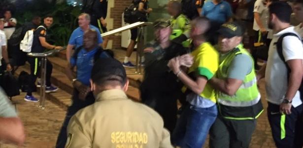 Chegada da seleção à Colômbia foi marcada por euforia e confusão na porta do hotel