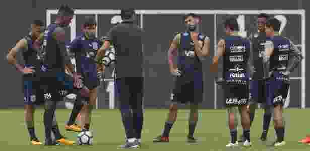 Carille orienta jogadores reservas e titulares em treino no CT Joaquim Grava - Daniel Augusto Jr. / Ag. Corinthians