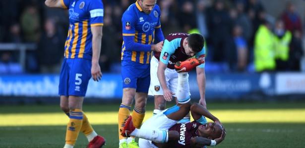Ayew vai ao chão após choque de cabeça em jogo do West Ham na Copa da Inglaterra