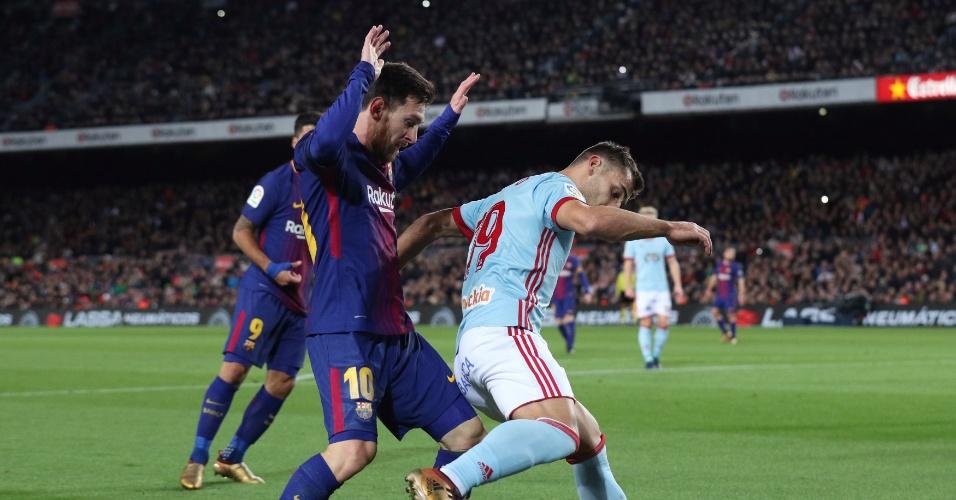 Messi disputa lance em partida contra o Celta