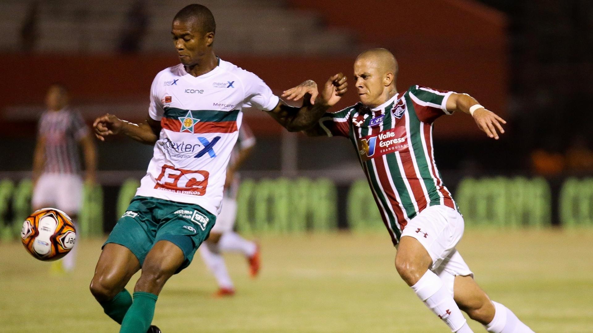 Marcos Júnior disputa bola em Fluminense x Portuguesa-RJ pelo Campeonato Carioca
