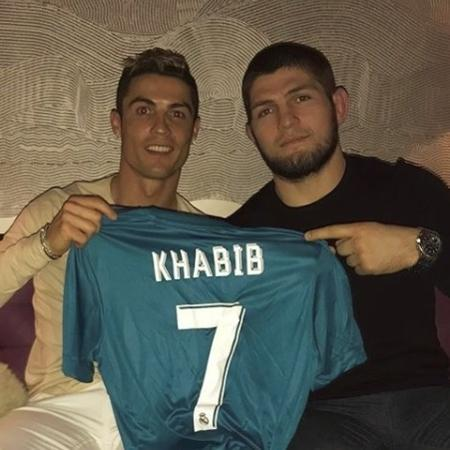 Cristiano Ronaldo deu camisas de presente a Khabib Nurmagomedov - Reprodução/Instagram