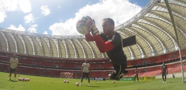 Marcelo Lomba faz defesa em treinamento do Inter e ganha espaço no elenco