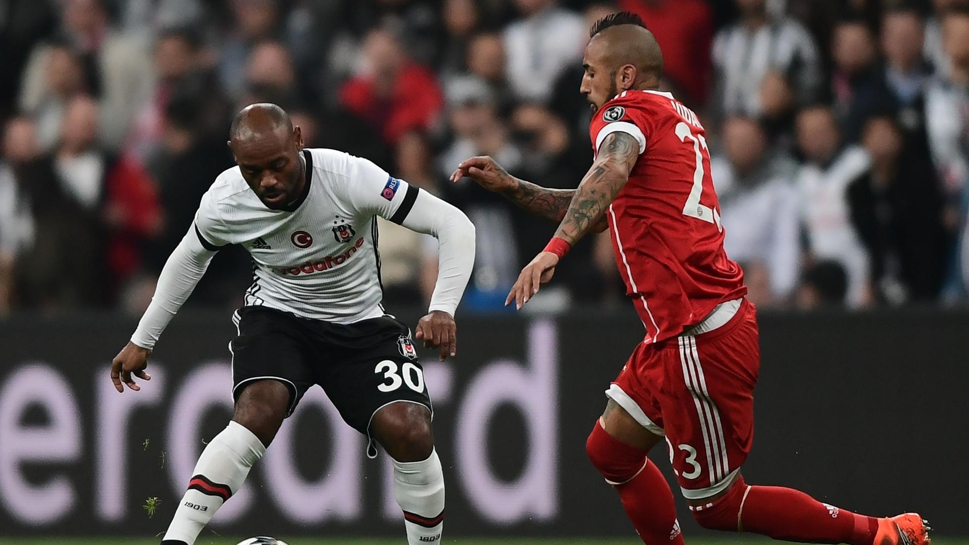 Vagner Love disputa jogada com Vidal