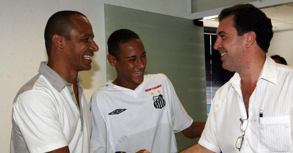 Neymar pai, seu filho e Marceolo Teixeira, presidente do Santos, em 2009