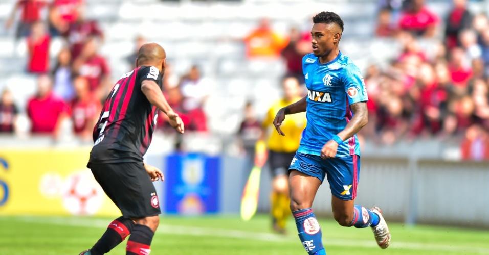 Vitinho tenta jogada em duelo do Flamengo contra o Atlético-PR