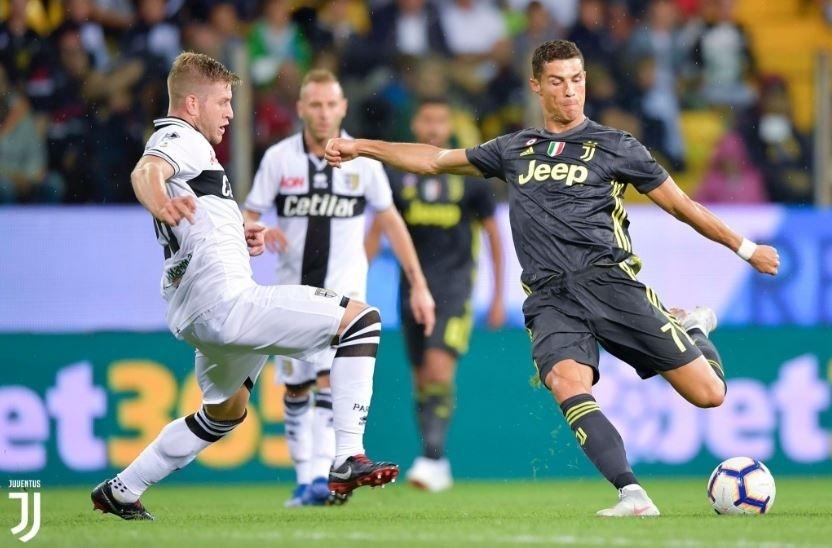 Cristiano Ronaldo arrisca chute em jogo entre Juventus e Parma