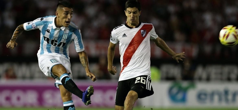 Centurion em ação pelo Racing no duelo com o River Plate - Alejandro Pagni/AFP