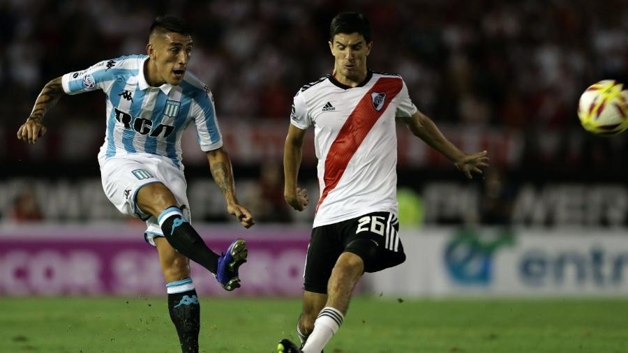 Centurión em ação pelo Racing no duelo com o River Plate, no último domingo, pelo Argentino - Alejandro Pagni/AFP