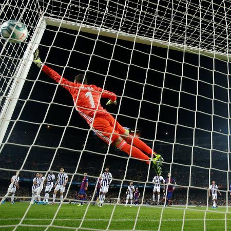 Gol de falta de Lionel Messi contra o Valladolid - Albert Gea/Reuters