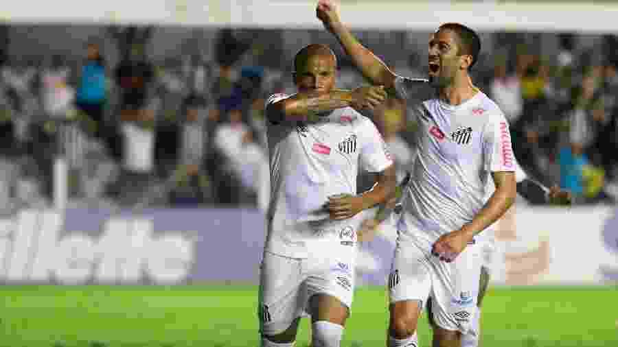 Carlos Sanchez celebra gol pelo Santos marcado contra o Bahia na Vila Belmiro - Fernanda Luz/AGIF