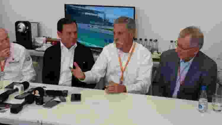 João Doria e Chase Carey deram entrevista juntos em uma sala no paddock de Interlagos - José Edgar de Matos/UOL