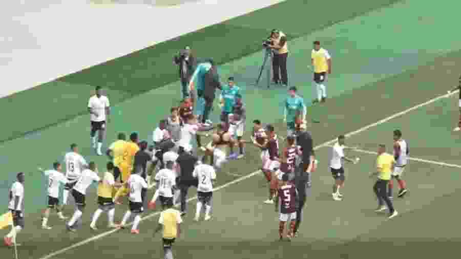Jogadores de Corinthians e Flamengo protagonizam confusão ao fim da semi do Brasileiro Sub-20 - Reprodução Mycujoo