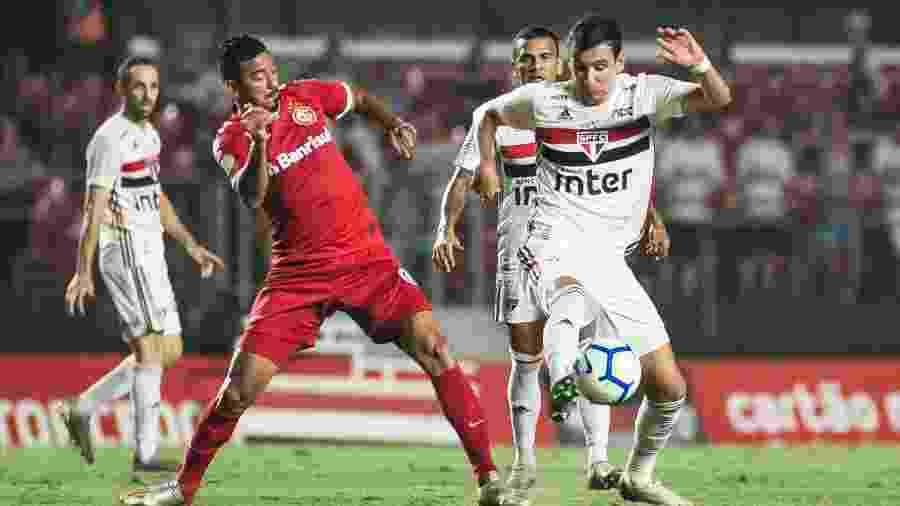 Pablo disputa bola durante partida entre São Paulo e Inter disputa no ano passado - MAURíCIO RUMMENS/FOTOARENA/ESTADÃO CONTEÚDO