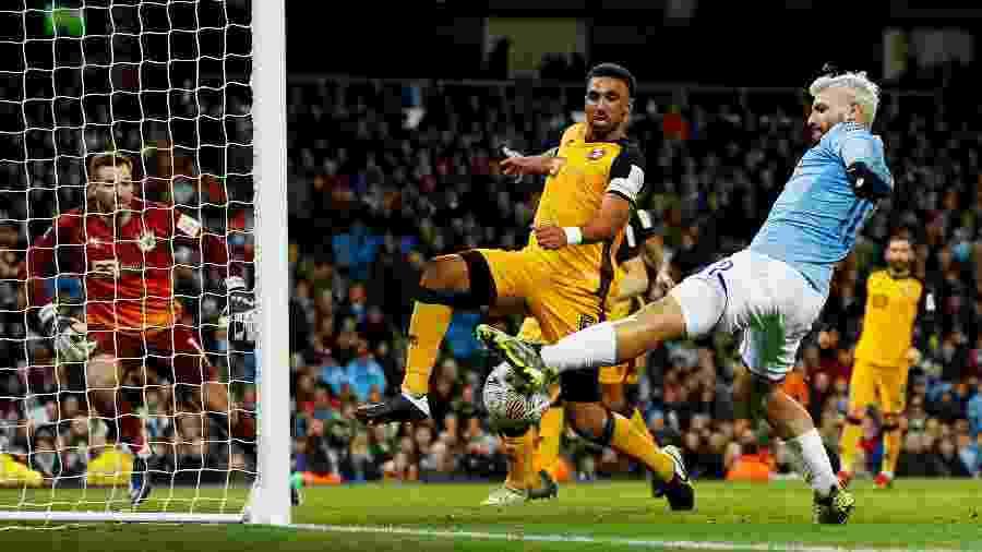 Sergio Aguero anotou um dos gols da vitória do Manchester City sobre o Port Vale pela Copa da Inglaterra - Jason Cairnduff/Action Images via Reuters