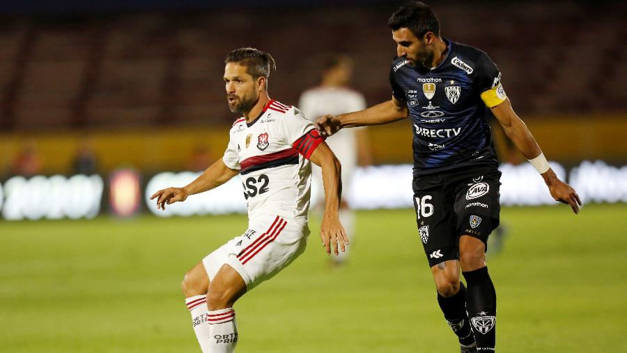 Diego (esq.), do Flamengo, e Cristian Pellerano, do Del Valle, na final da Recopa Sul-Americana - REUTERS/Daniel Tapia