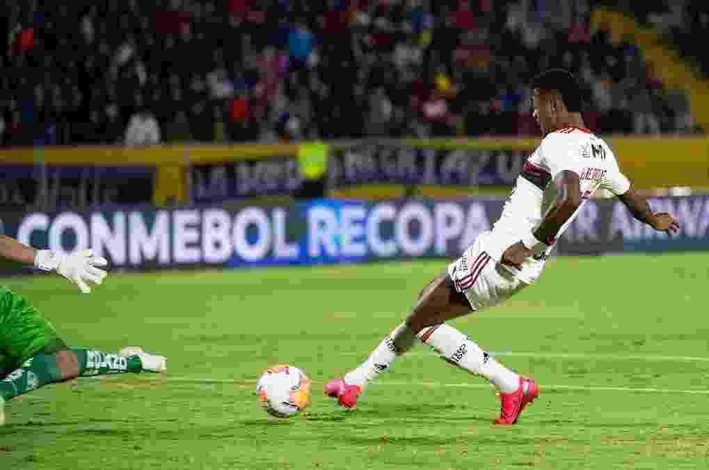 Bruno Henrique se prepara para concluir lance no duelo entre Independiente del Valle e Flamengo - Alexandre Vidal/Flamengo