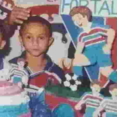 Everton Cebolinha ainda na infância, com a camisa do Fortaleza - Arquivo pessoal/Everton Cebolinha - Arquivo pessoal/Everton Cebolinha