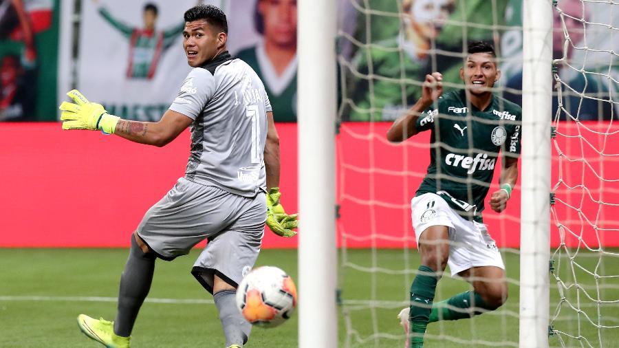 Rony cabeceia tirando do goleiro e marca o seu gol pelo Palmeiras - Sebastiao Moreira - Pool/Getty Images
