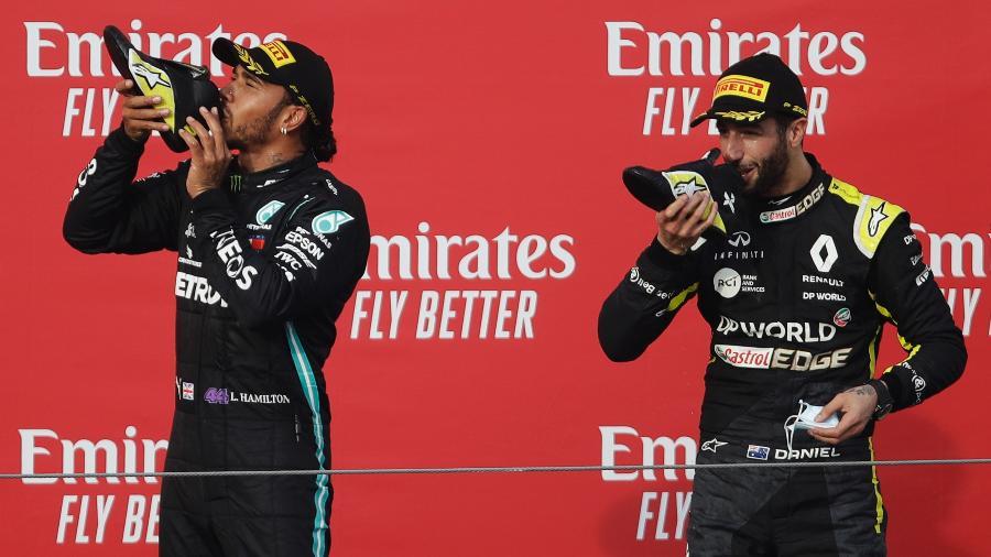 Lewis Hamilton bebe champanhe na sapatilha de Daniel Ricciardo após GP da Emilia Romagna, em Imola - Luca Bruno/Pool/Getty Images