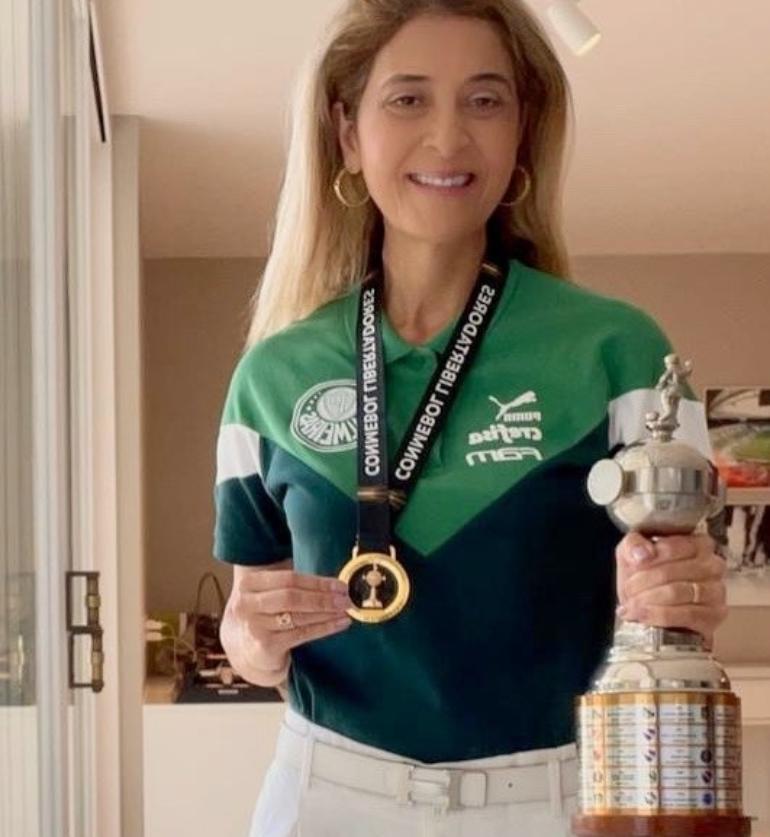 Leila Pereira exibe a medalha de campeão da Libertadores de 2020