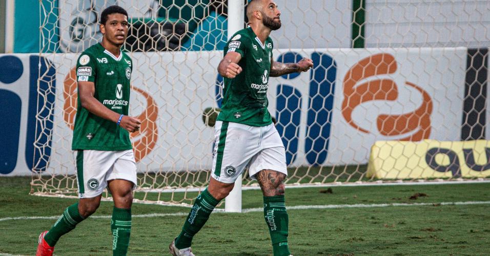 Fernandão, atacante do Goiás, comemora após marcar o segundo gol de sua equipe contra o Botafogo, pelo Brasileirão 2020