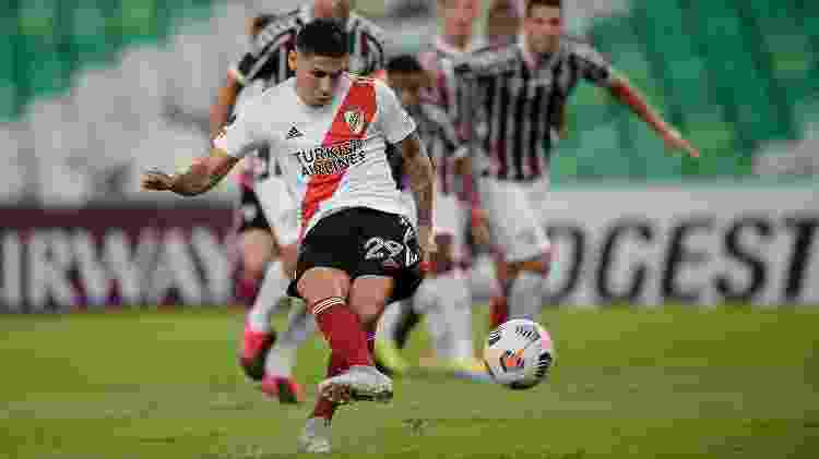 Montiel, do River Plate, cobra pênalti e abre o placar contra o Fluminense - Twitter Conmebol - Twitter Conmebol