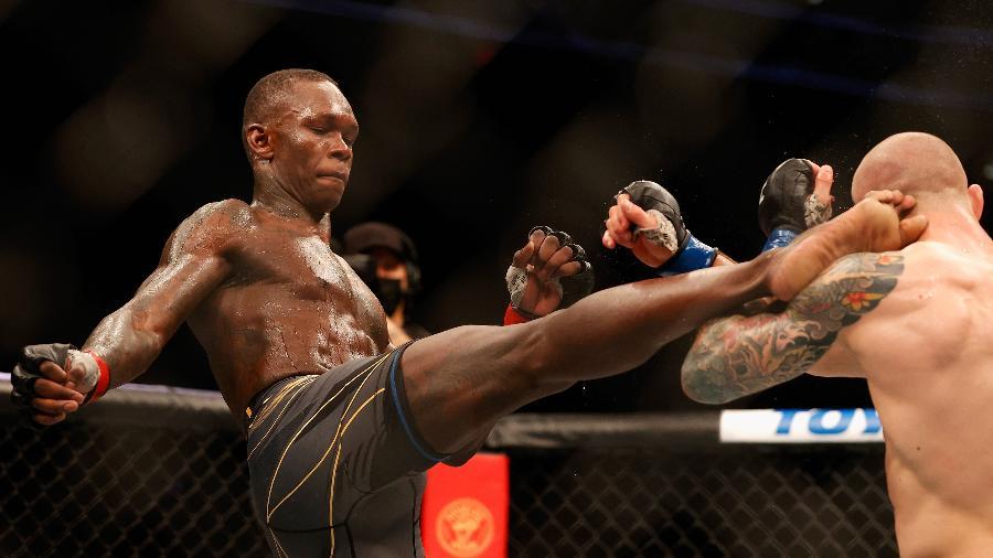 Israel Adesanya acerta chute em Marvin Vettori durante luta no UFC 263 - Christian Petersen/Getty Images